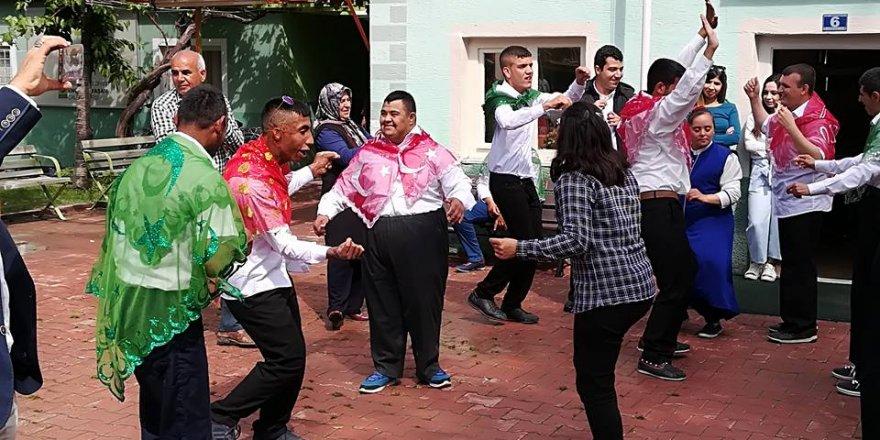 Öğrenciler Davul Zurna İle Temsili Askere Uğurlandı
