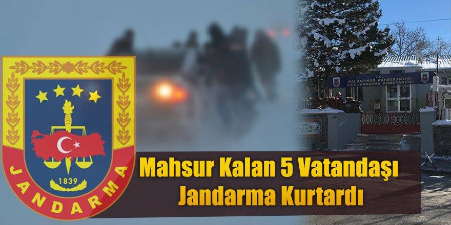 Araçlarının Zinciri Kopan 5 Vatandaşı Jandarma Kurtardı