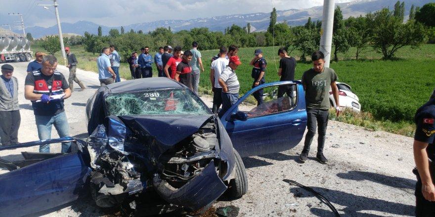 Otomobiller çarpıştı ; 1 ölü 3 yaralı