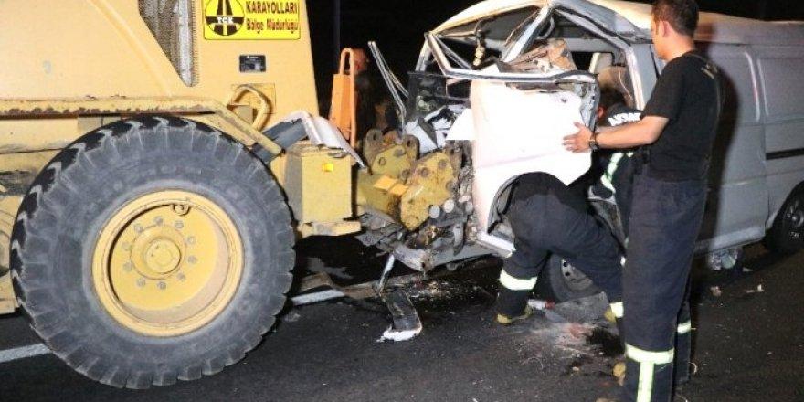 Minibüs, iş makinesine çarptı: 7 yaralı