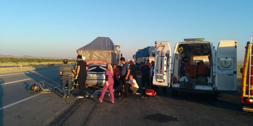 Gelin arabası TIR'a arkadan çarptı: 6 yaralı