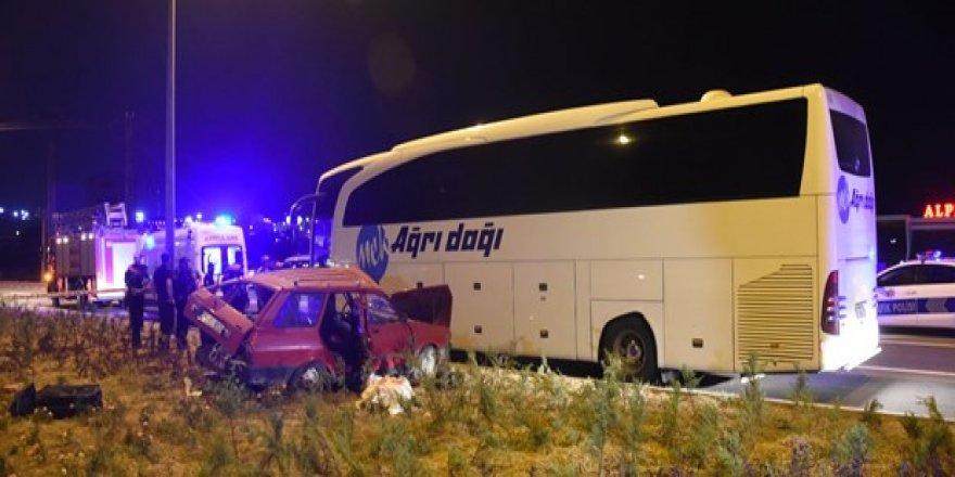 Otobüs ile otomobil çarpıştı: 3 ölü, 1 yaralı