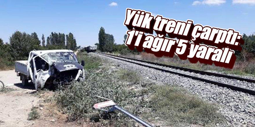 Yük treni hemzemin geçitte kamyonete çarptı: 1'i ağır 5 yaralı
