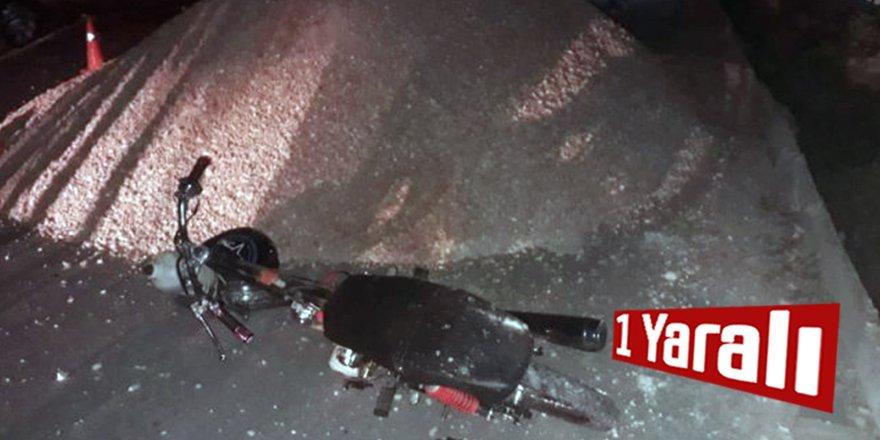 Kum yığınına çarpan motosikletin sürücüsü yaralandı