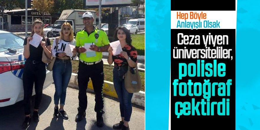 Trafik cezası yazılan üniversiteliler, polisle fotoğraf çektirdi