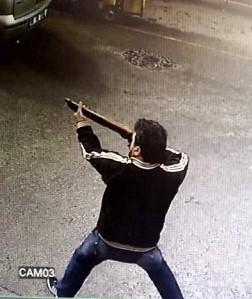 2 kişinin yaralandığı silahlı kavga kamerada