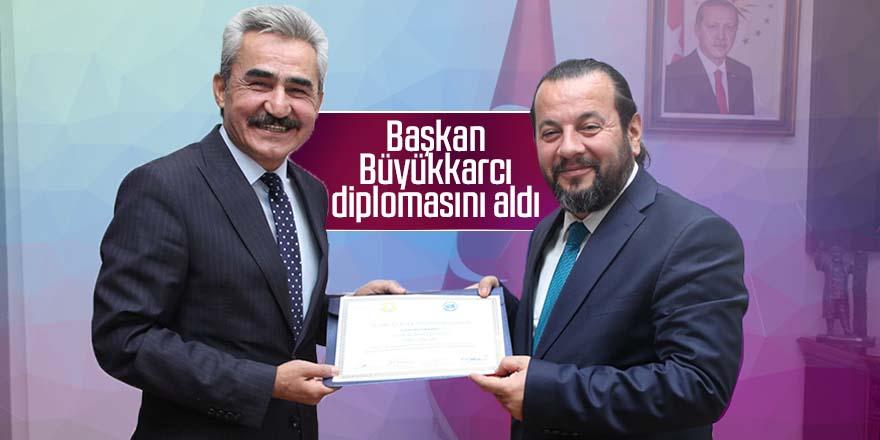 Başkan Büyükkarcı diplomasını aldı