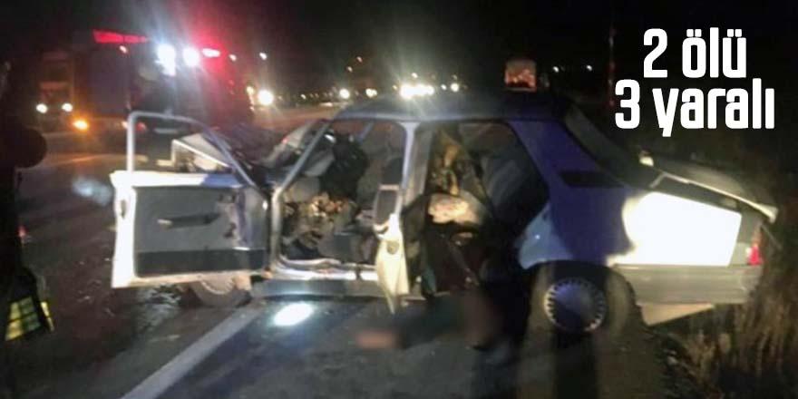 Otomobil traktöre bağlı römorka çarptı