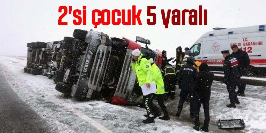 TIR, buzlanan yolda devrildi: 2'si çocuk 5 yaralı