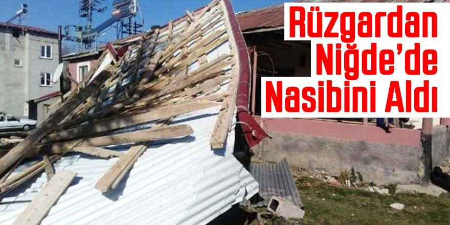 Niğde'de fırtına çatıları uçurdu
