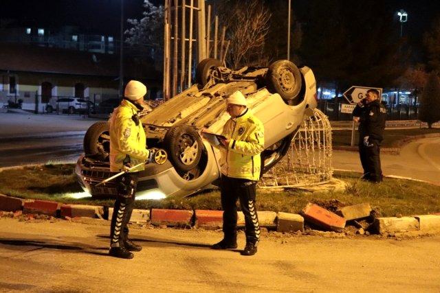 Otomobil MOBESE direğine çarptı: 4 yaralı