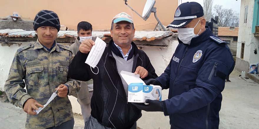 Halkapınar Belediyesi vatandaşlara maske dağıttı