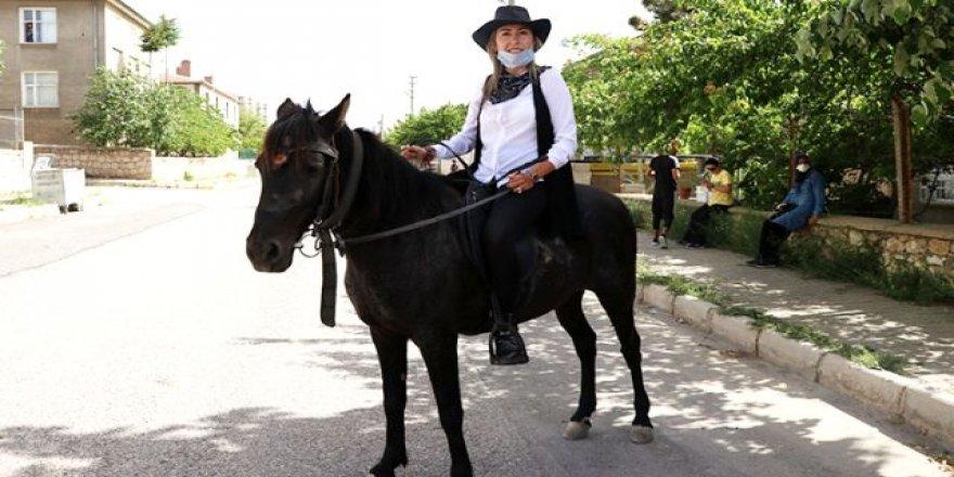 Kadın muhtar kovboy kıyafeti ve atıyla görev başında