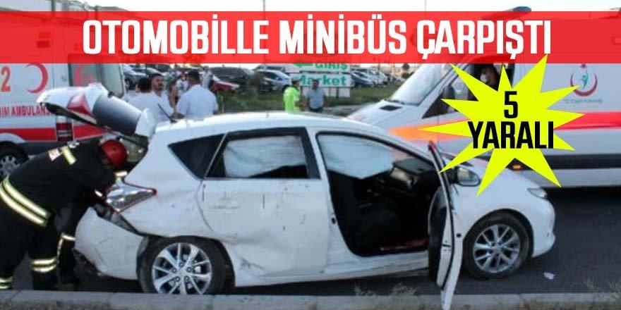 Nişana gidenlerin bulunduğu otomobille minibüs çarpıştı: 5 yaralı