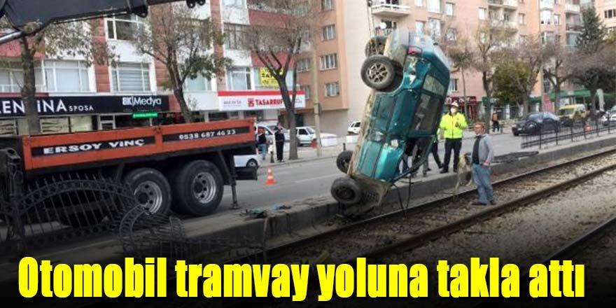 Otomobil tramvay yoluna uçtu