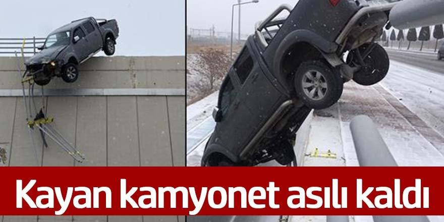 Kayan kamyonet köprüde asılı kaldı
