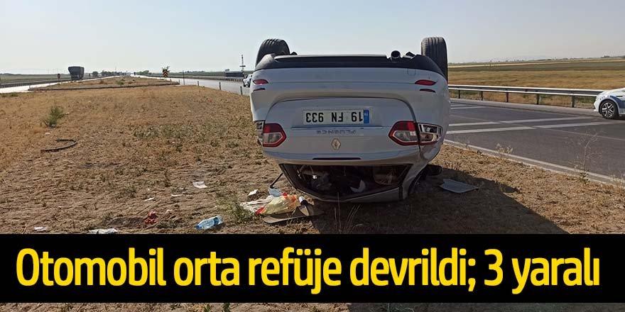 Kontrolden çıkan otomobil refüje uçtu: 3 yaralı