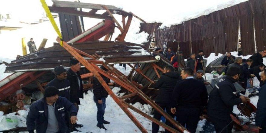Konya'da pazar yerinin çatısı çöktü, enkaz altında kalanlar var