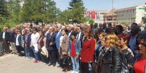 İVRİZ ÖĞRETMEN OKULU MEZUNLARI ANIT'A ÇELENK SUNDU