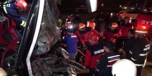 Yolcu otobüsü ile TIR çarpıştı: 37 yaralı