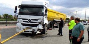 Kamyonet ile kamyon çarpıştı: 1 ölü, 2 yaralı