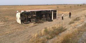 Ev eşyası taşıyan kamyon devrildi: 1 yaralı