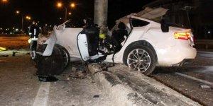 Otomobil yön levhasına saplandı;1 ölü