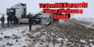 Pancar yüklü tır devrildi Karayolu pancar tarlasına döndü