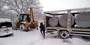 Süt Kamyonu sürücüsünün karla mücadelesi kamerada
