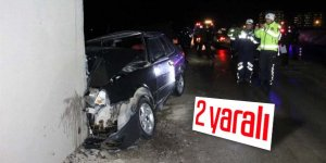 Otomobil üst geçidin ayağına çarptı: 2 yaralı
