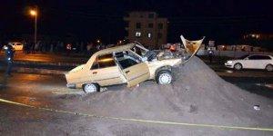 Dubaları fark etmeyen sürücü kum yığına daldı 1 ölü, 3 yaralı