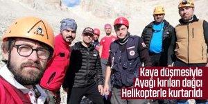 Kaya düşmesiyle ayağı kırılan dağcı, helikopterle kurtarıldı