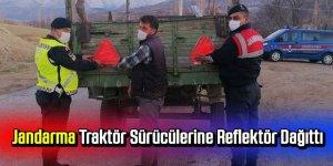 Jandarma traktör sürücülerine reflektör dağıttı