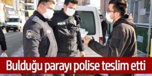 Duyarlı vatandaş, Parkta bulduğu parayı polise teslim etti