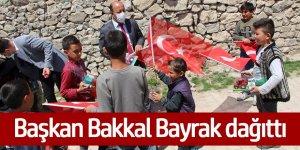 Başkan Bakkal Bayrak dağıttı
