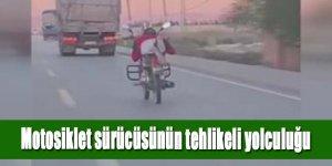 MOTOSİKLET SÜRÜCÜSÜNÜN TEHLİKELİ YOLCULUĞU KAMERADA