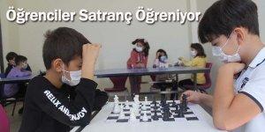 Öğrenciler Satranç Öğreniyor